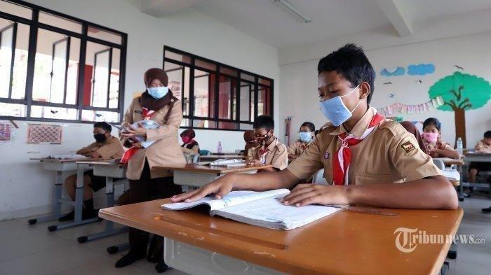 Ilustrasi Hari Anak Nasional --- Sejumlah siswa mengenakan masker saat mengikuti pelajaran di Sekolah Dasar Negeri (SDN) Sunter Agung 09, Jakarta Utara, Rabu (4/3/2020).