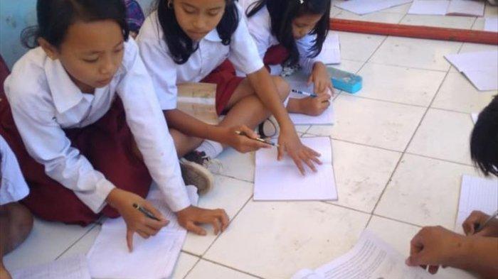 Para murid SDN Jayamekar di Cianjur, Jawa Barat harus belajar di teras sekolah karena bangunan sekolah mereka rusak.
