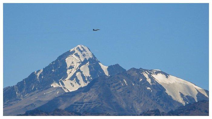 Sebuah jet tempur India terbang di atas pegunungan di Leh, ibu kota bersama wilayah federal (union territory) Ladakh yang berbatasan dengan China, pada 2 September 2020.