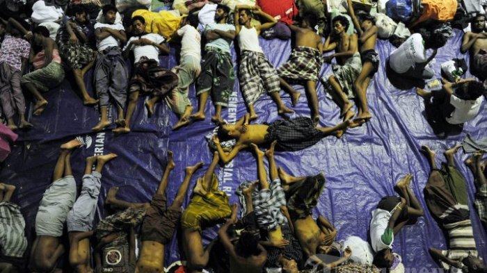 ILUSTRASI - Sekelompok pengungsi Rohingya dari Myanmar dan Bangladesh tidur di sebuah auditorium olahraga pemerintah di Lhoksukon di Provinsi Aceh pada 12 Mei 2015 setelah tim penyelamat Indonesia menemukan perahu mereka membawa 573 penumpang terdampar di perairan utara Aceh provinsi. Hampir 2.000 orang perahu dari Myanmar dan Bangladesh telah diselamatkan atau berenang ke pantai di Malaysia dan Indonesia. AFP PHOTO / CHAIDEER MAHYUDDIN