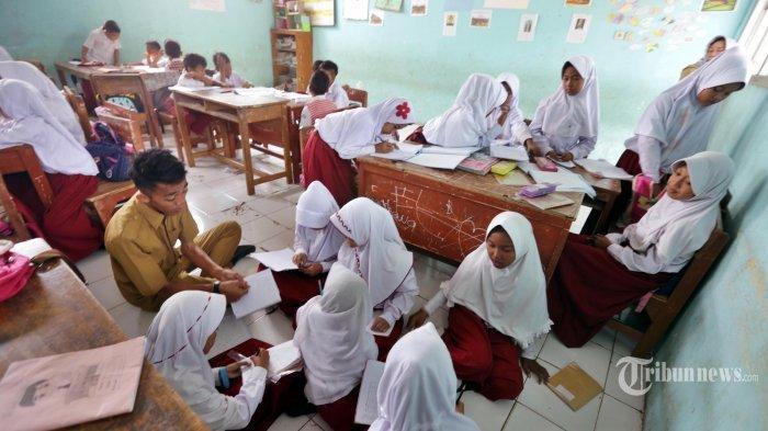 Sejumlah siswa Sekolah Dasar (SD) Negeri 04 Tegal, Kecamatan Kemang, Kabupaten Bogor, Jawa Barat, belajar di lantai (lesehan) karena kekurangan bangku sekolah, Selasa (30/7/2019).