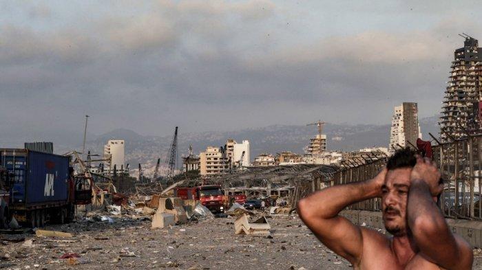 ILUSTRASI - Seorang pria bereaksi di tempat ledakan di pelabuhan di ibukota Libanon, Beirut pada 4 Agustus 2020. Dua ledakan besar mengguncang ibukota Lebanon, Beirut, melukai puluhan orang, mengguncang bangunan dan mengirim asap besar mengepul ke langit. Media Libanon membawa gambar-gambar orang yang terperangkap di bawah puing-puing, beberapa berlumuran darah, setelah ledakan besar, yang penyebabnya tidak segera diketahui.