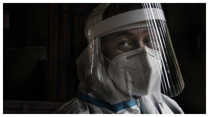 ILUSTRASI Masa Pandemi Virus Corona --- A health worker wearing a protective suit against the spread of the novel coronavirus COVID-19, looks on at a health centre in a low-income neighbourhood in San Jose, on July 10, 2020.  Foto: Seorang tenaga medis di di San Jose, Kosta Rika, memakai alat pelindung diri, Jumat (10/7/2020). WHO mengakui virus corona bisa menular melalui perantara udara. Organisasi kesehatan itu kemudian memberikan