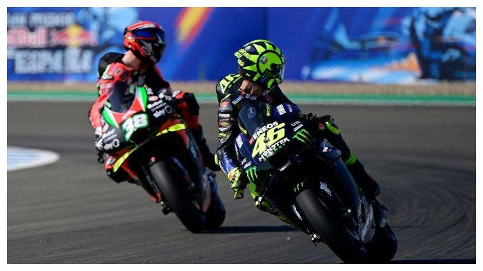 Pembalap Monster Energy Yamaha, Valentino Rossi (kanan), dan pembalap Aprilia Factory Racing, Bradley Smith, melihat ke belakang saat sesi latihan ketiga di MotoGP Andalusia, 25 Juli 2020.