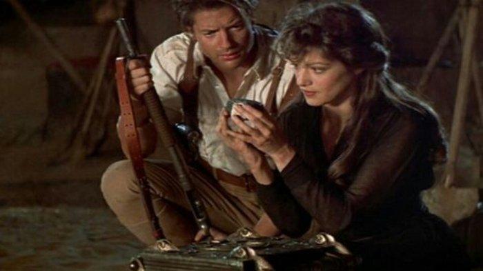 Karatker Rick O'Connell dan Evie di film The Mummy (1999).