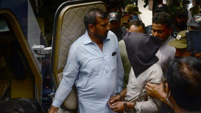FOTO: Polisi mengawal Shafqat Ali (wajah tertutup), salah satu dari dua tersangka dalam kasus pemerkosaan berkelompok, saat mereka meninggalkan pengadilan lokal di Lahore pada 15 September 2020. Perdana Menteri Pakistan Imran Khan mengatakan pada 14 September bahwa kejahatan seksual harus dihukum dengan pengebirian kimia, menyusul penangkapan dalam kasus pemerkosaan berkelompok yang memicu protes di seluruh negeri.