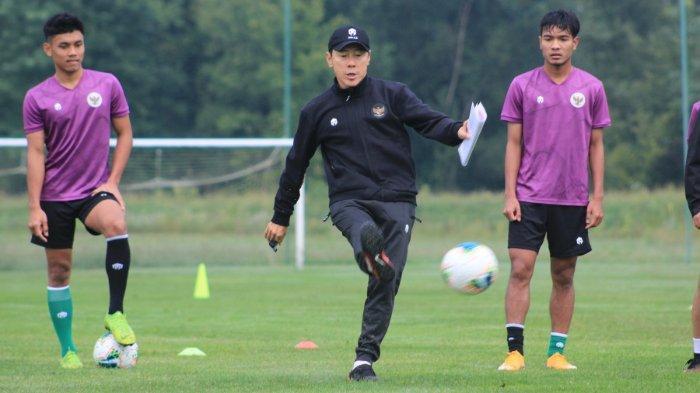 Pelatih Timnas Indonesia U-19, Shin Tae-yong dalam sebuah sesi latihan di Stadion Madya, Jakarta.