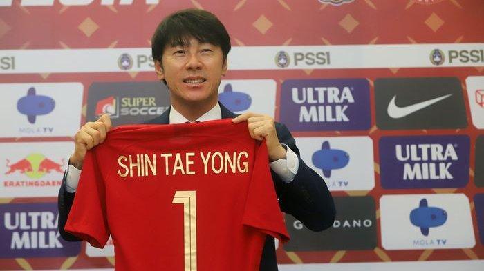 Pelatih baru PSSI asal Korea Selatan Shin Tae Yong saat ditemui usai penandatanganan kontrak kerja di Stadion Pakansari, Bogor, Jawa Barat, Sabtu (28/12/2019).