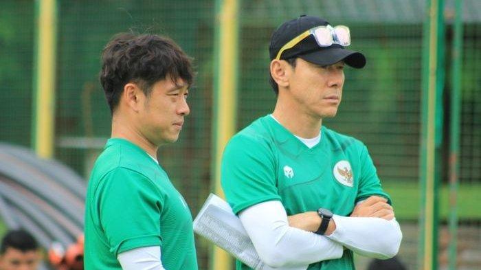 Pelatih Timnas Indonesia U-19, Shin Tae-yong (kanan) saat menggembleng timnya di Kroasia.