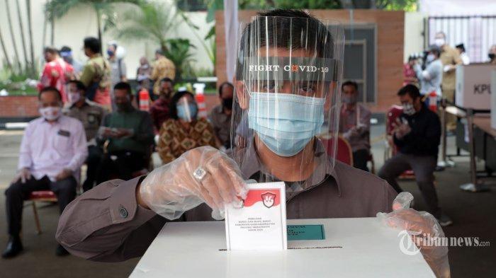 Warga mengikuti simulasi pemungutan suara pemilihan serentak 2020 di gedung KPU, Jakarta, Rabu (22/7/2020). Simulasi tersebut digelar untuk memberikan edukasi kepada masyarakat terkait proses pemungutan dan penghitungan suara Pilkada serentak 2020 yang akan dilaksanakan pada 9 Desember 2020 dengan menerapkan protokol kesehatan COVID-19.