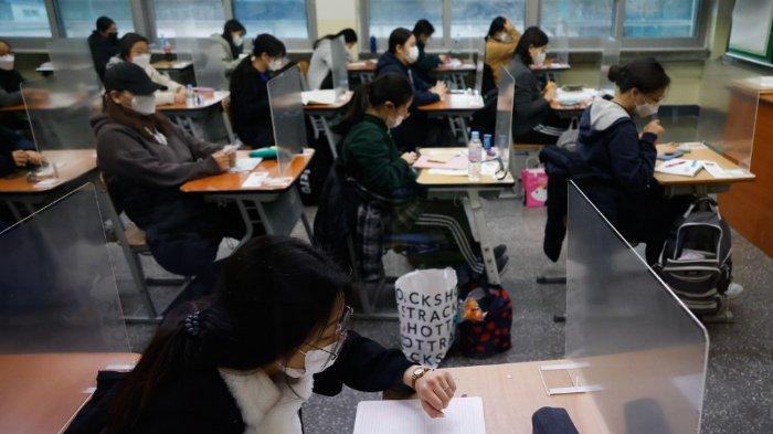 FOTO: Siswa-siswi Korea Selatan bersiap jalani ujian masuk perguruan tinggi negeri pada 3 Desember 2020 di tengah pandemi