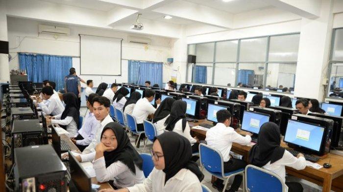 Peserta mengikuti Seleksi Kompetensi Dasar (SKD) Calon Pegawai Negeri Sipil (CPNS) untuk kebutuhan di Kota Semarang.(KOMPAS.com/RISKA FARASONALIA)