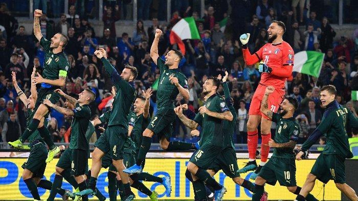 Skuad Italia merayakan kelolosan ke Piala Eropa 2020 pasca mengalahkan Yunani dengan skor 2-0 di Stadion Olimpico, Roma, Sabtu (12/10/2019).