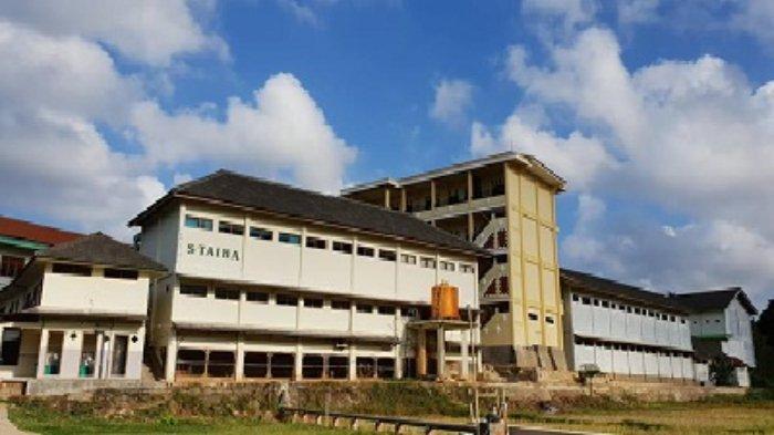 Gedung Sekolah Tinggi Agama Islam Hasan Jufri Bawean.