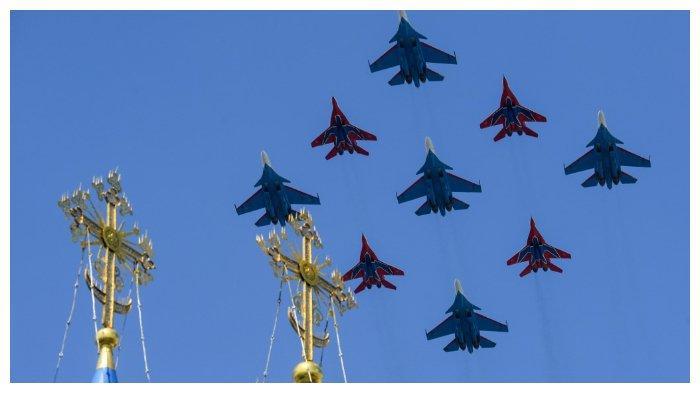 ILUSTRASI - Jet tempur SU-30SM dan MiG-29 milik Rusia terbang dalam sebuah parade militer, (24/6/2020). India akan segera memiliki MiG-29