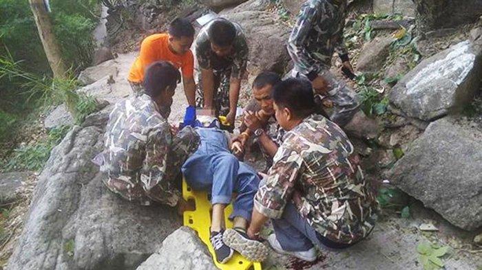 Tim SAR saat mengevakuasi Vuong dari jurang. Vuong selamat karena tersangkut di pohon.