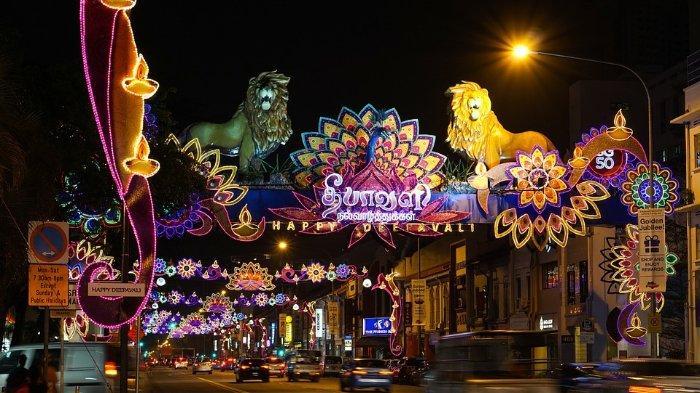 Suasana perayaan Diwali pada sebuah kota di India, jalanan dipenuhi dengan dekorasi lampion dan cahaya lampu.