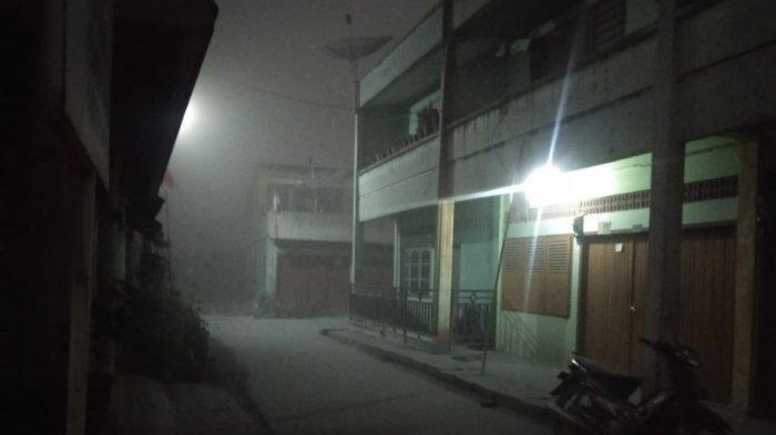 Keadaan gelap gulita di Desa Naman Teran pada Senin (10/8/2020) pada pukul 10.31 WIB, pasca erupsi Gunung Sinabung dengan ketinggian kolom 5.000 meter yang menutup awan sekitar.