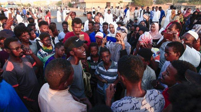 FOTO: Peserta unjuk rasa di Sudan berkumpul untuk memblokir akses ke jembatan Mansheiya, di atas Sungai Nil Biru, di ibu kota Khartoum pada 23 Oktober 2020, selama demonstrasi menuntut keadilan bagi seorang pria yang tewas dalam demonstrasi menentang krisis ekonomi di negaranya.