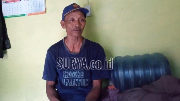 Kholil (63) menunggu kepulangan Dedik Purnomo (27), pemuda nekat yang berniat pulang dari Balikpapan, Kalimantan Timur menuju Kabupaten Malang, Jawa Timur dengan menggunakan dua buah galon.