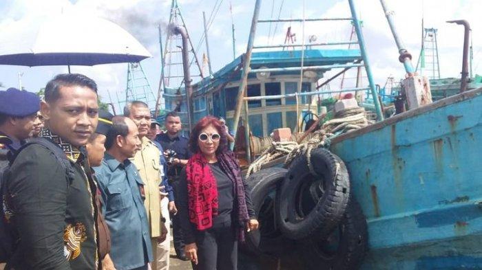 Mantan Menteri Kelautan dan Perikanan, Susi Pudjiastuti saat meninjau kapal asing di Stasiun PSDKP Pontianak, Kalimantan Barat, Selasa (30/4/2019)