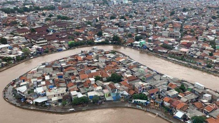 Tampilan banjir Jakarta di kawasan Kampung Melayu, Jakarta Timur, dari helikopter yang mengangkut Kepala BNPB Doni Monardo dan Gubernur DKI Jakarta Anies Baswedan, saat mereka meninjau kondisi banjir terkini pada Rabu (1/1/2020)