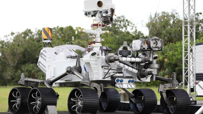 tampilan-close-up-model-ukuran-penuh-dari-perseverance-rover.jpg