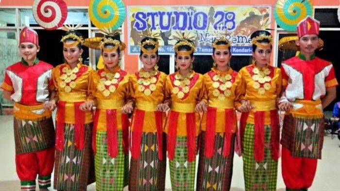 Suku Tolaki yang menggunakan pakaian adat dalam penampilan Tari Lulo, Kota Kendari, Sulawesi Tenggara