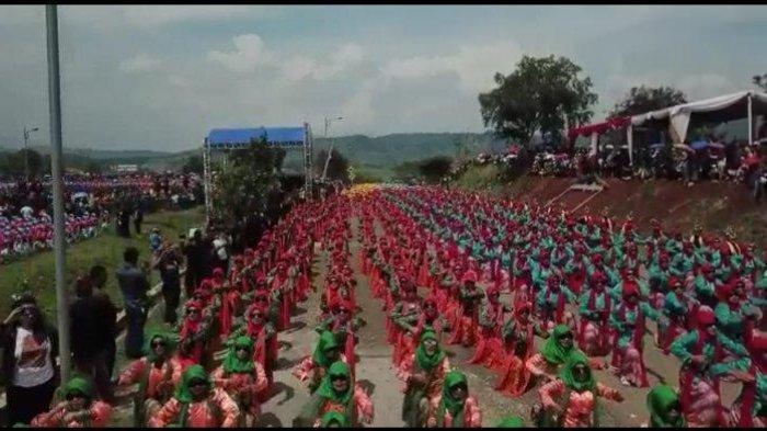 5.555 penari menarikan Tari Umbul Kolosal di pesisir Waduk Jatigede, Sumedang, Jawa Barat, pada Selasa, (31/12/2019)