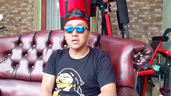 Suami mendiang Lina Zubaedah, Teddy, memberi keterangan tentang kematian ibunda Rizky Febian dan mantan istri Sule tersebut.(YouTube/Cumicumi)