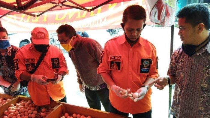 Tim Satgas Pangan Kota Tasikmalaya menemukan telur infertil di salah satu kios telur di Pasar Induk Cikurubuk Tasikmalaya, Jawa Barat, saat sidak telur infertil, Selasa (9/6/2020)