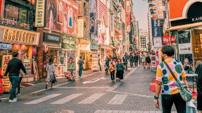 FOTO: Orang-orang berjalan di Myeongdong 2(i)-ga, Korea Selatan