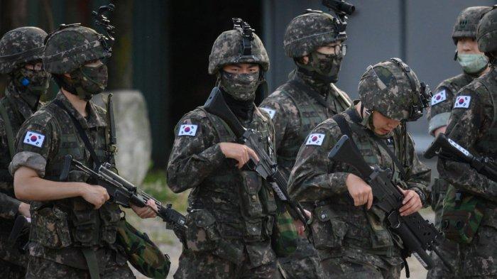 ILUSTRASI - Tentara Korea Selatan berjalan di sepanjang jalan di daerah Inje dekat perbatasan timur laut Korea Selatan, pada 16 Juni 2020. Korea Utara meledakkan kantor penghubung antar-Korea di sisi perbatasan pada 16 Juni, kata kementerian Unifikasi Selatan, setelah berhari-hari retorika yang semakin ganas dari Pyongyang. (Ed JONES / AFP)