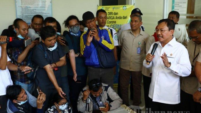 Menteri Kesehatan Terawan Agus Putranto memberikan keterangan terkait WNI yang terinfeksi virus Covid-19 di RSPI Sulianto Saroso, Jakarta, Senin (3/2/2020). Dua WNI dinyatakan positif terinfeksi virus Covid-19 atau virus corona pasca berkontak langsung dengan warga negara Jepang yang terinfeksi Covid-19 dan saat ini telah diisolasi di RSPI Sulianto Saroso. TRIBUNNEWS/IRWAN RISMAWAN