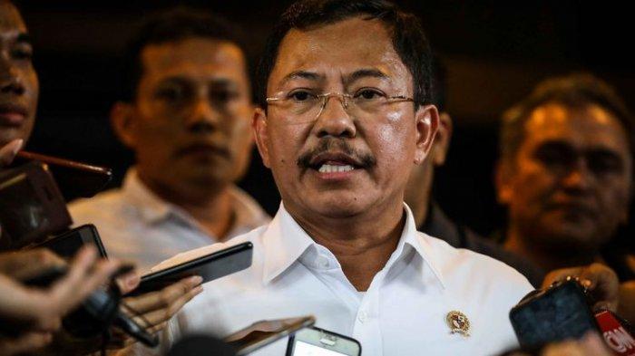 Menteri Kesehatan, Terawan Agus Putranto memberikan keterangan kepada wartawan menjelang kedatangan WNI dari natuna di Bandara Halim Perdana Kusuma, Jakarta Timur, Sabtu (15/2/2020).(KOMPAS.com/GARRY LOTULUNG)