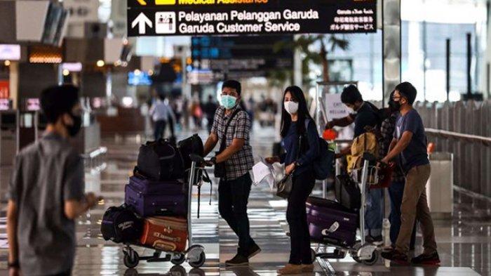 Penumpang saat tiba di terminal 3 Bandara Soekarno-Hatta, Tangerang, Banten, Selasa (12/5/2020). PT Angkasa Pura II mengeluarkan tujuh prosedur baru bagi penumpang penerbangan rute domestik selama masa dilarang mudik Idul Fitri 1441 H di Bandara Internasional Soekarno-Hatta. (KOMPAS.com/GARRY LOTULUNG)
