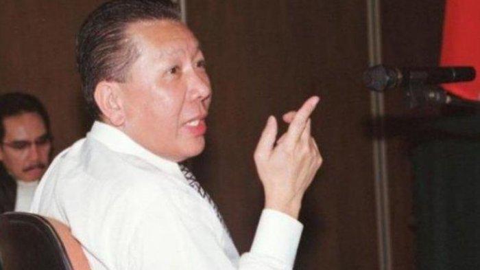 Terdakwa dalam kasus cessie Bank Bali, Djoko S Tjandra, saat tuntutan pidana dibacakan jaksa penuntut umum Antazari Ashar di Pengadilan Negeri Jakarta Selatan pada 31 Juli 2008.(KOMPAS/DANU KUSWORO)