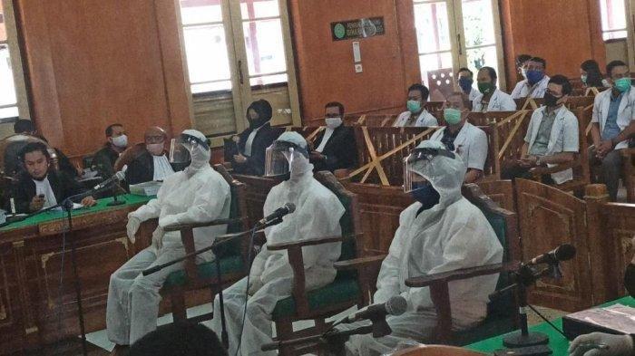 Tiga terdakwa pembunuhan hakim Pengadilan Negeri Medan, hadir mengenakan APD Lengkap, Jumat (15/5/2020)