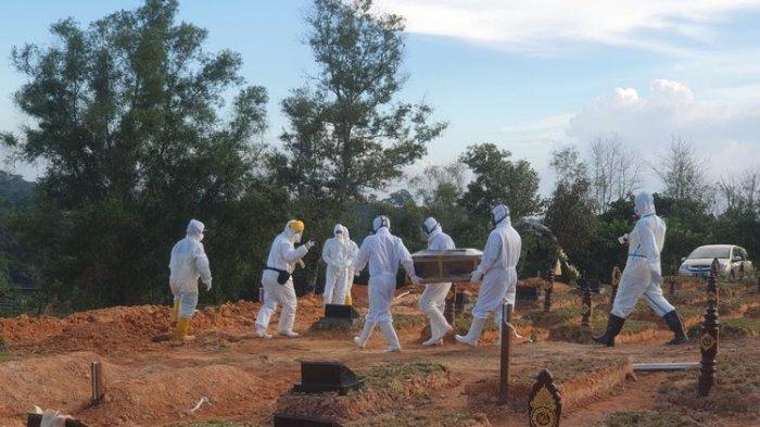 Tim pemakam jenazah dari BPBD Samarinda saat menguburkan salah satu jenazah Covid-19 di TPU Raudlatul Jannah, Jalan Serayu, Tanah Merah, Kota Samarinda, Kaltim, akhir September 2020.