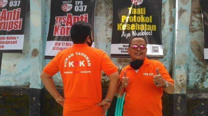 Petugas KPPS mengenakan baju oranye bak tahanan pada Selasa (8/12/2020)