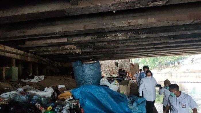 Hari pertama berdinas sebagai Menteri Sosial, Tri Rismaharini alias Risma menemui seorang pemulung di kawasan aliran Sungai Ciliwung, belakang kantor Kementerian Sosial.