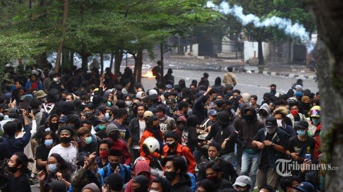 Massa berusaha mundur saat polisi menembakan gas air mata dalam aksi unjuk rasa di depan Gedung DPRD Jawa Barat, Jalan Diponegoro, Kota Bandung, Jawa Barat, Rabu (7/10/2020). Para demonstran menolak Omnibus Law Undang-Undang (UU) Cipta Kerja yang baru disahkan oleh DPR RI. Dalam aksinya, mereka sempat berusaha masuk Gedung DPRD Jabar dengan mendobrak pintu gerbang namun usahanya gagal.