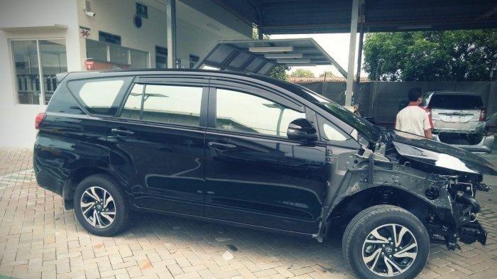 Toyota Kijang Innova, salah satu dari belasan mobil milik warga kampung miliarder di Desa Sumurgeneng, Kabupaten Tuban, yang rusak karena tabrakan. Pemiliknya diduga belum mahir menyetir saat mengemudikannya.