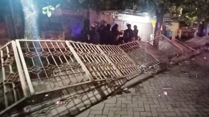 Pagar milik Toserba Swalayan Laris yang roboh saat bentrokan demo Omnibus Law di kawasan Tugu Kartasura di Jalan Raya Solo-Semarang, Kecamatan Kartasura, Kabupaten Sukoharjo, Kamis (8/10/2020).