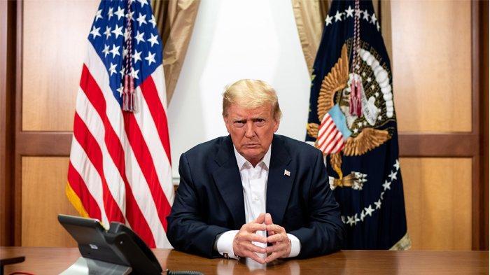 Foto yang dirilis oleh Gedung Putih ini menunjukkan Presiden AS Donald Trump berpartisipasi dalam panggilan telepon dengan Wakil Presiden AS, Sekretaris Negara dan Ketua Kepala Staf Gabungan di ruang konferensi di Pusat Medis Militer Nasional Walter Reed di Bethesda, Maryland, Minggu (4/10/2020). Presiden Donald Trump