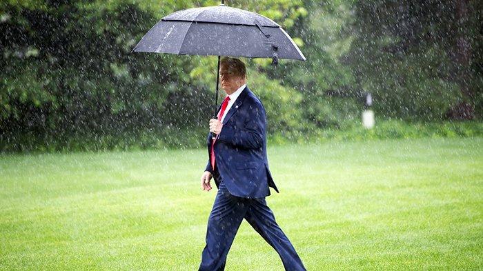 Presiden AS, Donald Trump, berjalan menuju helikopter kepresidenan Marine One di Gedung Putih, Washington DC, 11 Juni 2020. Trump kini berusia 74 tahun.