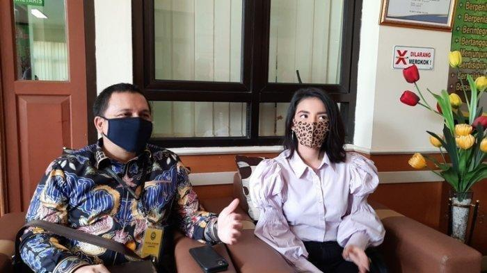 Pemain sinetron Tsania Marwa di Pengadilan Agama Cibinong, Kabupaten Bogor, Jawa Barat, Rabu (8/7/2020), setelah menjalani sidang gugatan harta gono gini terhadap Atalarik Syach. (Tribunnews.com/Bayu Indra Permana)