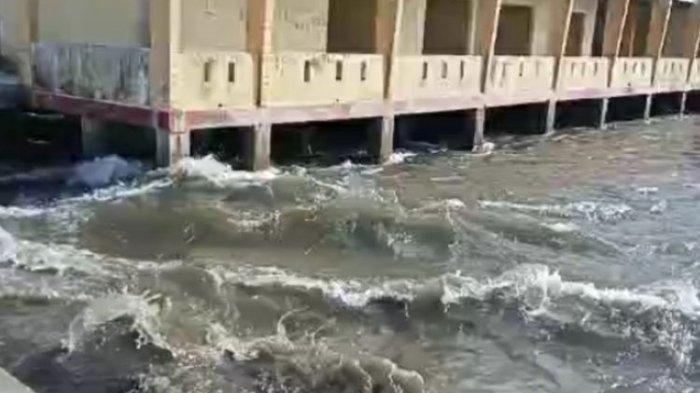 Air pasang terjadi di laut Desa Tehoru setelah gempa berkekuatan 6,1 magnitudo mengguncnag wilayah tersebut, Rabu (16/6/2021).
