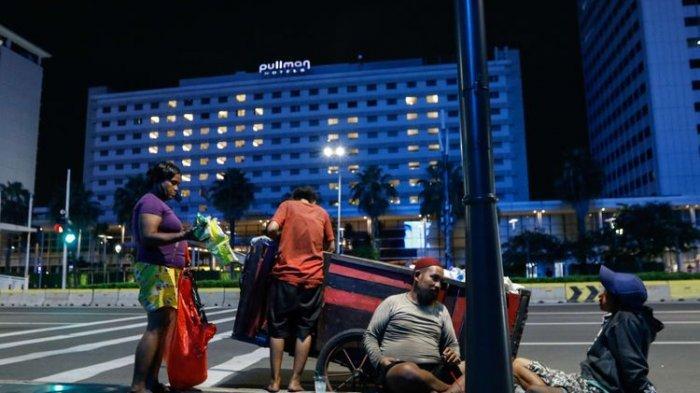 Tukang rongsokan tengah istirahat di kawasan Jalan MH Thamrin, Jakarta, Senin (22/4/2020). Di tengah pandemi Covid-19 dalam situasi yang sangat berat, pemerintah mengumumkan akan terjadi peningkatan jumlah angka kemiskinan hingga 3,78 juta orang.(KOMPAS.COM/KRISTIANTO PURNOMO)