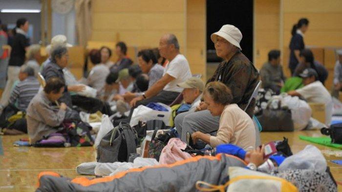 Penduduk berkumpul di pusat evakuasi yang dibuka dalam persiapan untuk Typhoon Hagibis yang kuat pada 11 Oktober 2019, di kota Chiba, Tateyama, sebelah timur Tokyo, yang dirusak oleh Topan Faxai pada bulan September. (Mainichi / Koichiro Tezuka)